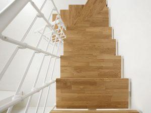 dettaglio scala a rampa in legno